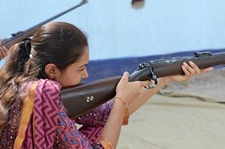 印度警察教女孩打枪加强自卫