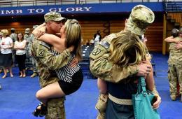 驻阿富汗美军回国与妻子激情拥吻