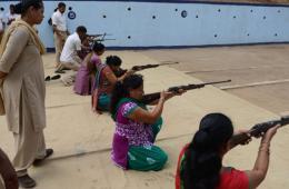 印度各方联合组织枪械训练 以增强女性自我防御能力