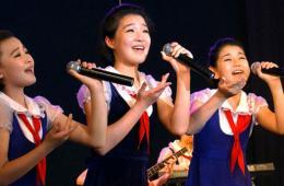 平壤儿童举行演出 庆金正日在党中央工作50周年