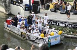 NBA总冠军:马刺河畔举行夺冠游行