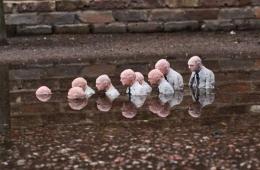 西班牙艺术家用微型雕塑诠释气候变化悲喜剧