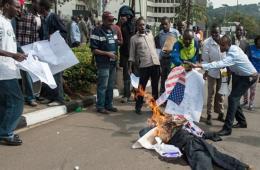 肯尼亚爱国青年焚烧美国国旗 抗议外部势力参与袭击