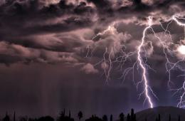 美国男子跟踪抓拍闪电风暴 记录震撼璀璨瞬间