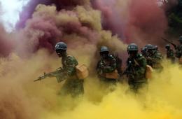 韩国新兵进行战斗训练 现场烟雾弥漫场面壮观