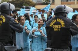 秘鲁护士戴铁链罢工要求涨薪