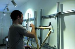 美小伙在京成立工作坊 教人制作环保竹子自行车