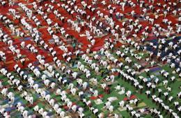 印度民众瑜伽日集体做瑜伽场面宏伟
