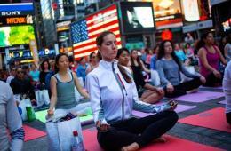 美国民众纽约时代广场练瑜伽 迎接夏至日
