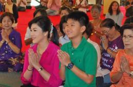 泰国政变以来英拉携儿子首次在媒体前公开亮相
