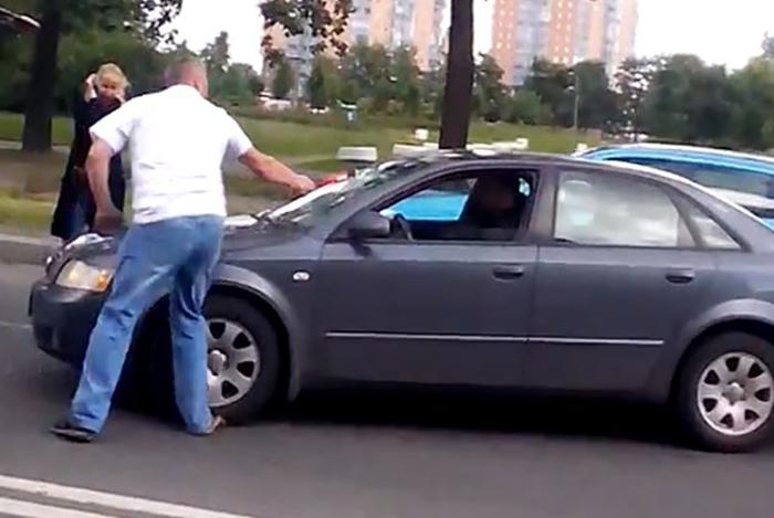 高速公路/男子砸中挡风玻璃。