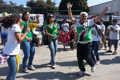 阿根廷绝杀伊朗 球迷载歌载舞