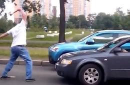 俄罗斯司机高速公路上发生争执 挥斧砸车震惊路人