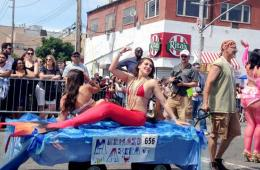 纽约举行美人鱼大游行 市长白思豪扮成海盗参加