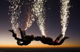 美跳伞队上演惊艳空中表演 如飞火流星般壮丽