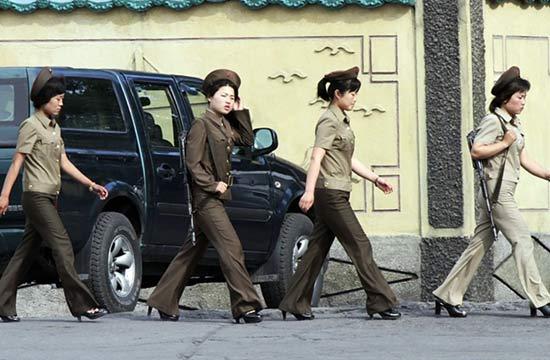 朝鲜女兵穿高跟鞋背枪巡视边境