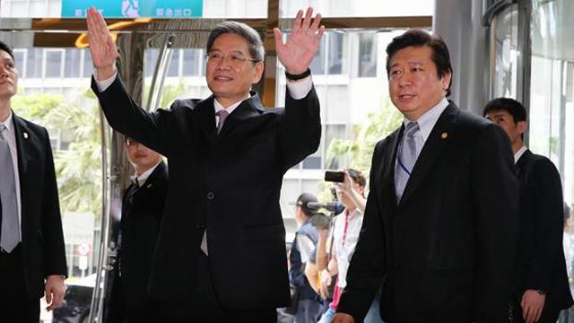 """台胞高举""""两岸都是中国人""""红布条欢迎张志军"""