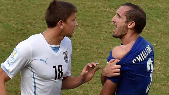 """又见""""苏神""""咬人 乌拉圭1-0淘汰意大利"""