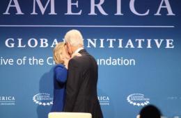 克林顿力挺希拉里 两人在会场亲密拥吻