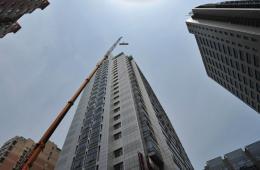 北京260吨吊车拆除百米高空违建 业主身份成谜