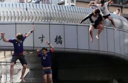 日本队惨败出局 球迷跳河泄愤