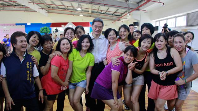 张志军访台湾基层社区 欣赏台湾大妈表演广场舞