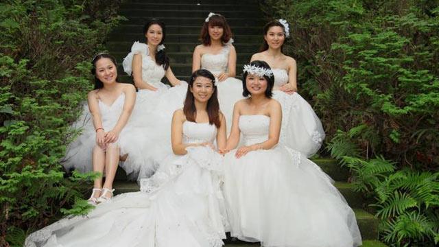 成都毕业女生用校园照装点大学记忆-图说中国