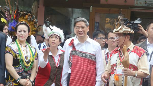 张志军身穿台湾原住民服装 化身旅游推销员