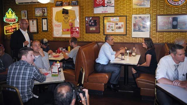 奥巴马宣传经济政策 与一位生活艰难母亲共享午餐