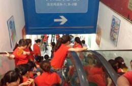 四川一沃尔玛员工堵店门要求涨薪