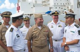 """美国第三舰队司令参观中国海军""""环太""""演习舰艇"""