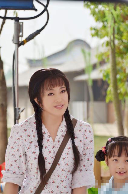 59岁刘晓庆再演少女 麻花辫斜挎包亮相