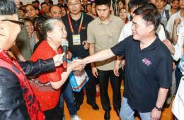 郝龙斌在北京旅博会台湾展区与观众互动