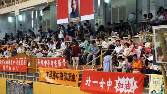 """实拍台湾大学入学""""指考""""加油团"""