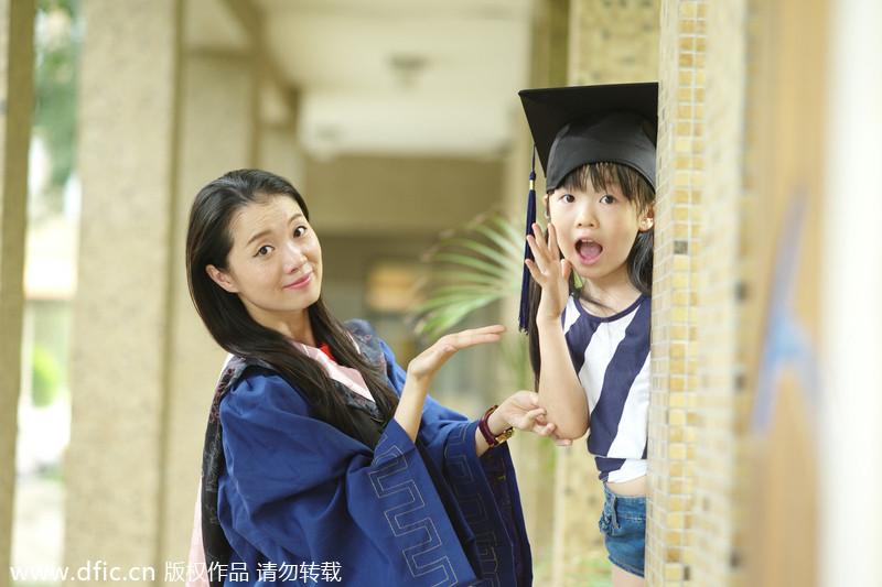 美女硕士带女儿拍毕业照秀长腿 国内新闻