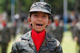 危地马拉阅兵萌女兵壮汉齐上阵