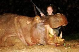 少女猎杀大量非洲野生动物 晒开心合影引骂声