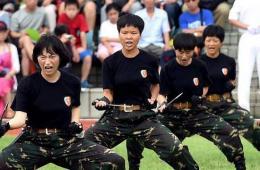 驻港部队女兵凶狠展示持刀格斗