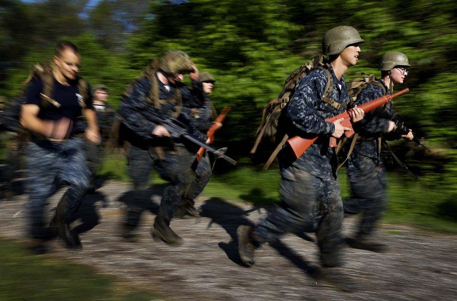 图揭美国海军军官学校苦训场景