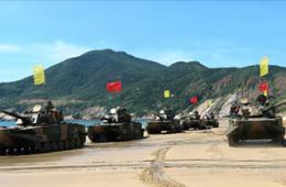 我军两栖坦克插满小旗演练登岛