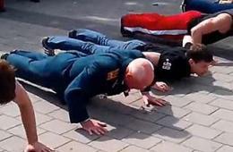 乌77岁老兵俯卧撑不输年轻人