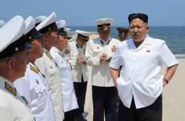 金正恩指导朝鲜海军军官游泳