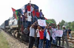 印度工人拦火车抗议政府给汽油提价