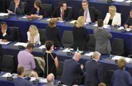 欧洲议会选举后首开会 反欧盟议员奏会歌时背对盟旗