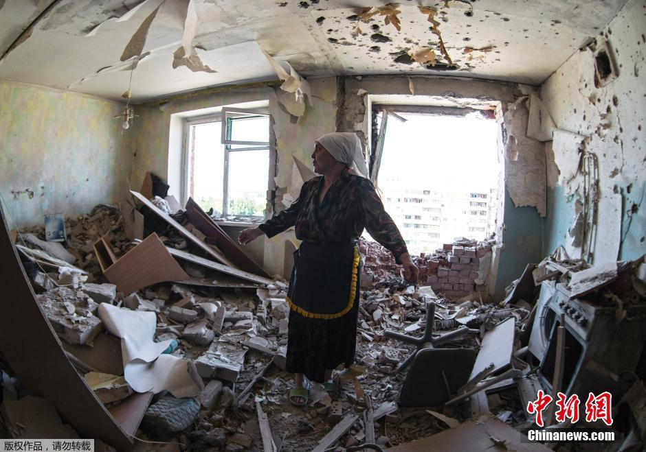乌克兰民宅被政府军火炮炸塌