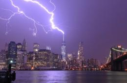 纽约新世贸中心遭闪电直击 场面震撼