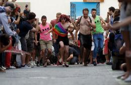 """西班牙举办高跟鞋跑步比赛 男士体验""""踩高跷"""""""