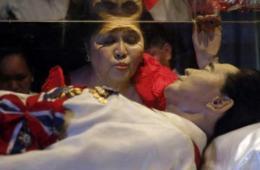 菲律宾前第一夫人85岁生日亲吻亡夫水晶棺