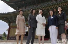 """彭丽媛与韩国代理""""第一夫人""""首尔游宫殿"""