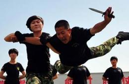 新疆武警男兵被女特战狠摔